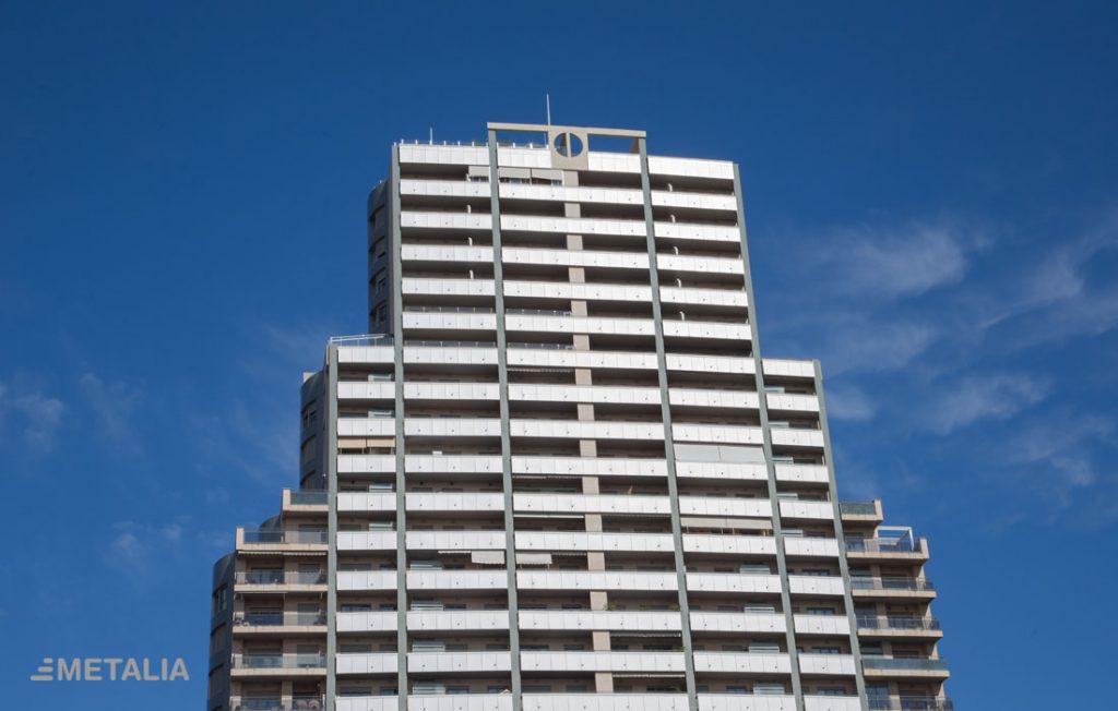 jmetalia-cerramiento-balcones-puertas-acceso-edificio